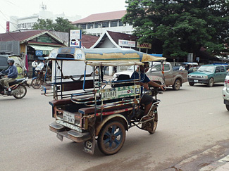 ビエンチャン市内を走るタクシー