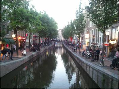 「飾り窓」地区の運河と街並み
