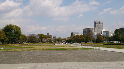 会場横の平和記念公園