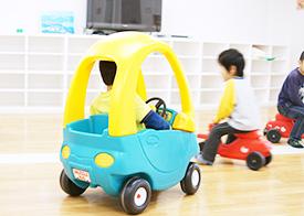 写真:乗り物で遊ぶ子供
